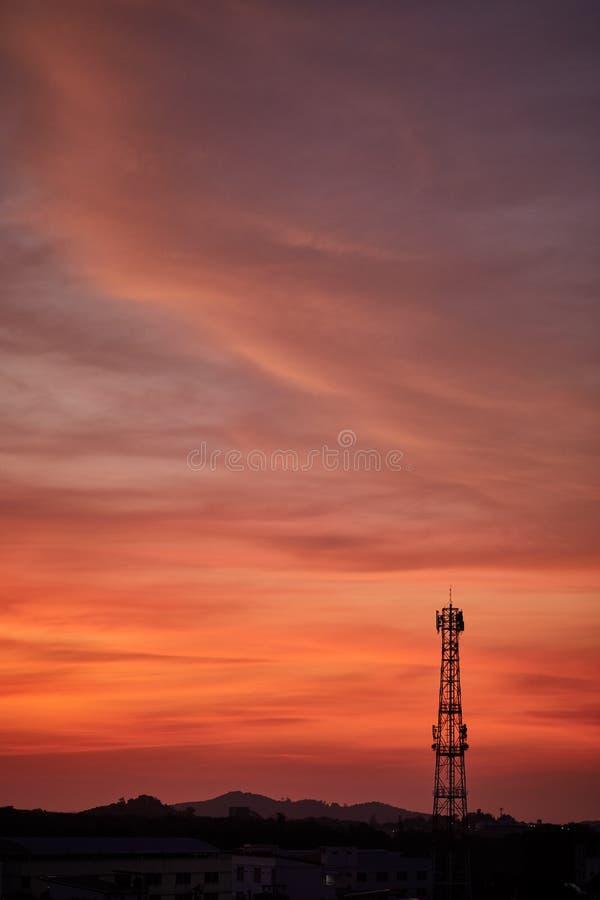 Башня антенны сигнала силуэта на небе восхода солнца стоковое фото
