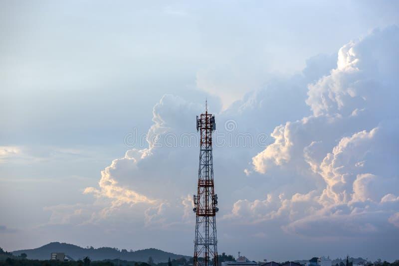 Башня антенны сигнала силуэта на небе восхода солнца стоковые изображения