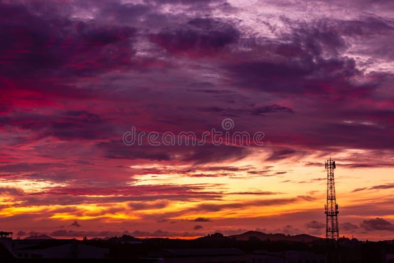 Башня антенны сигнала силуэта на небе захода солнца стоковое изображение rf