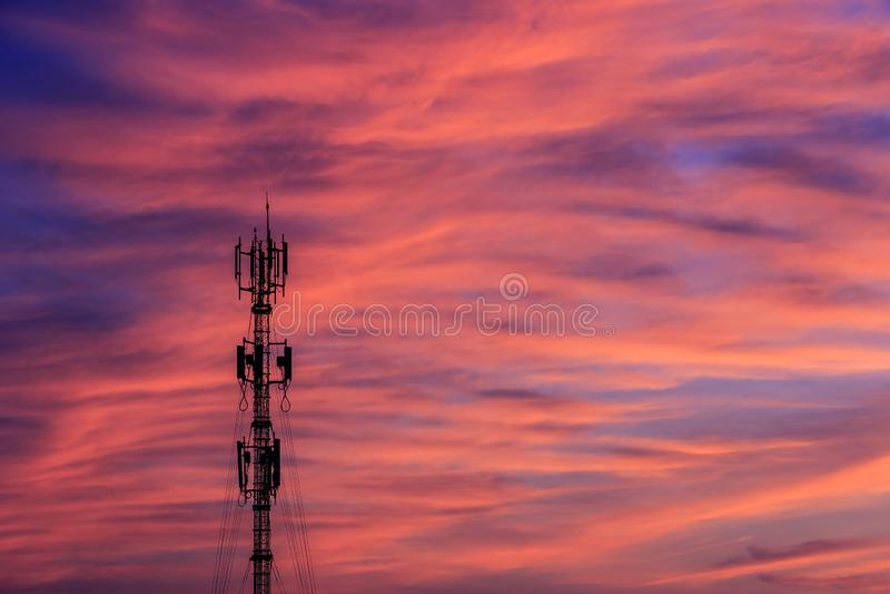 Башня антенны сигнала силуэта на небе захода солнца стоковая фотография
