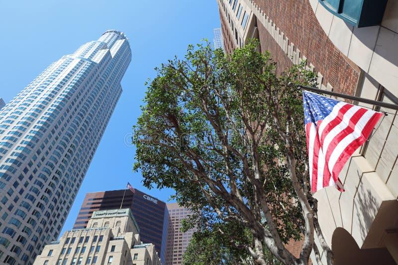 Башня банка США с банком сосен Torrey в фронте в Лос-Анджелесе california стоковое фото