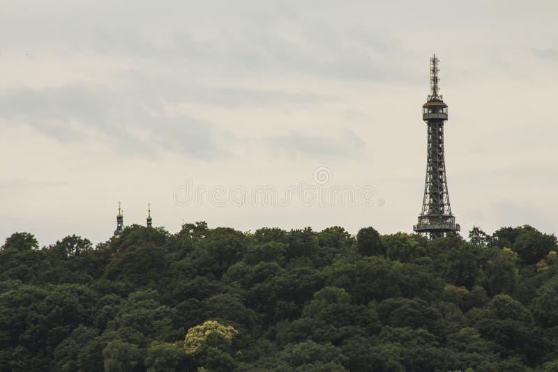 Башня бдительности PetÅ™Ãn 63 башня стал-рамок 5-metre-tall в Праге взгляд городка республики cesky чехословакского krumlov средн стоковые изображения