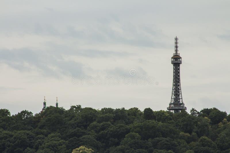 Башня бдительности PetÅ™Ãn 63 башня стал-рамок 5-metre-tall в Праге взгляд городка республики cesky чехословакского krumlov средн стоковое фото