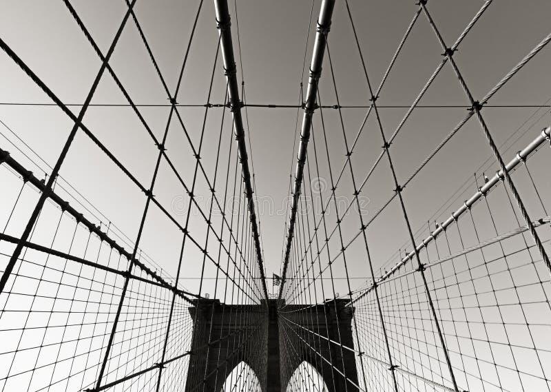 Башня Бруклинского моста, в черной & белом, с симметричными подвесными кабелями, Нью-Йорк стоковая фотография