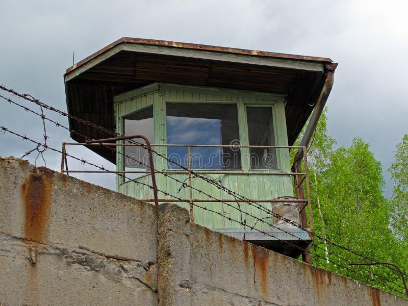 Башня вахты за бетонной стеной стоковые изображения rf