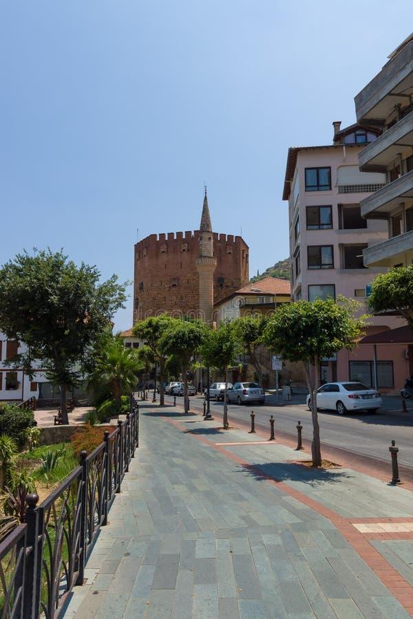 Башня вида на город на заднем плане красная (Kizil Kule) стоковые изображения rf