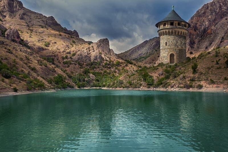 Башня волшебника над озером иллюстрация штока