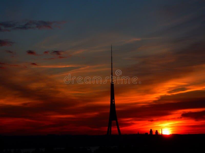 Башня в заходе солнца стоковые изображения rf