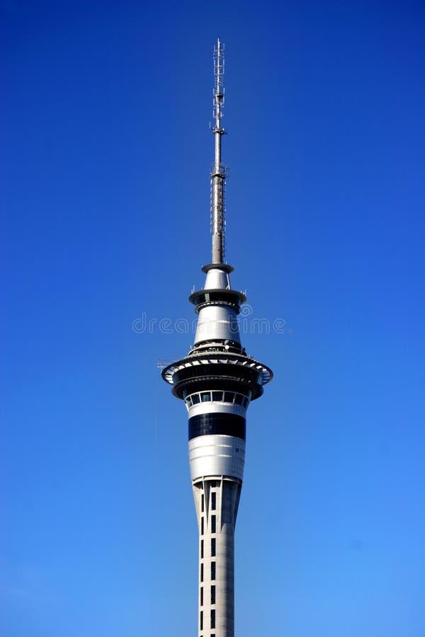 башня голубого неба auckland стоковая фотография rf