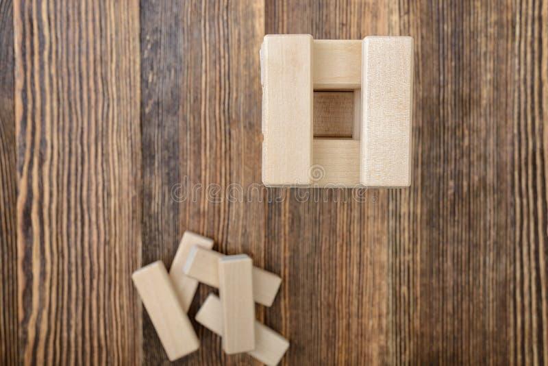 Башня деревянных блоков помещенных на таблице стоковые изображения rf