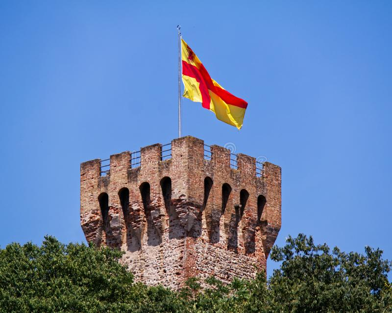 Башня замка Carrarese во флаге Este, красных и желтых Padova, Италия стоковое изображение