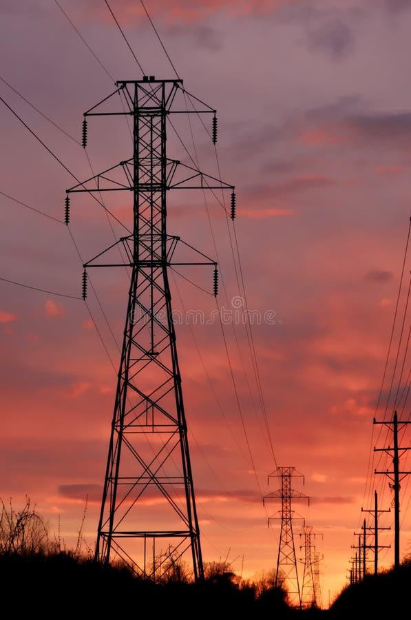 башня захода солнца линии электропередач стоковое изображение