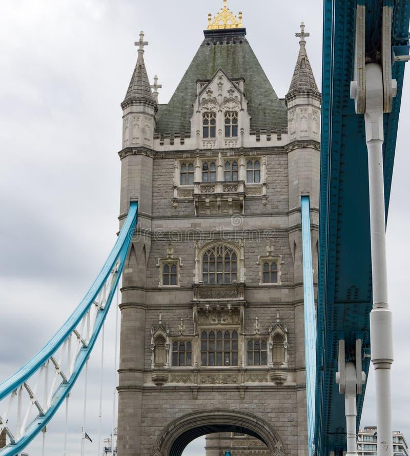 Башня исторического моста башни в центральном Лондоне увиденном снизу стоковая фотография