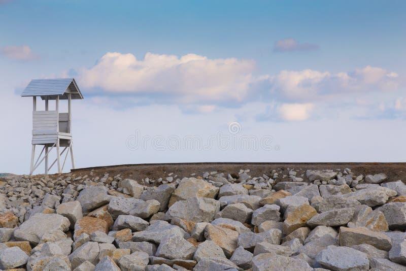 Башня личной охраны над скалистой дорожкой стоковые фотографии rf