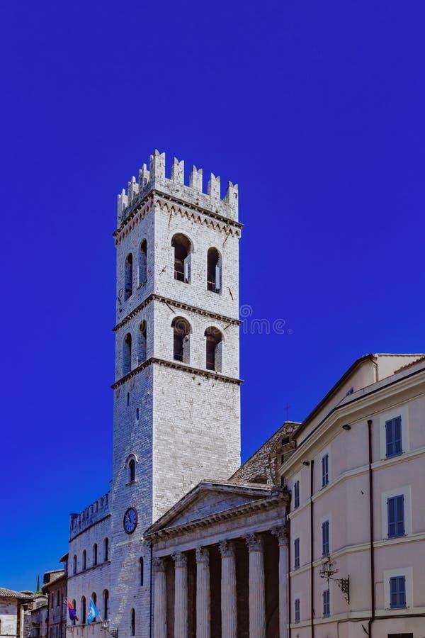Башня и вход виска Minerva в Assisi, Италии стоковая фотография