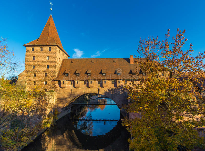 Башня и защитительный стен-старый город Нюрнберг, Германия стоковые фотографии rf