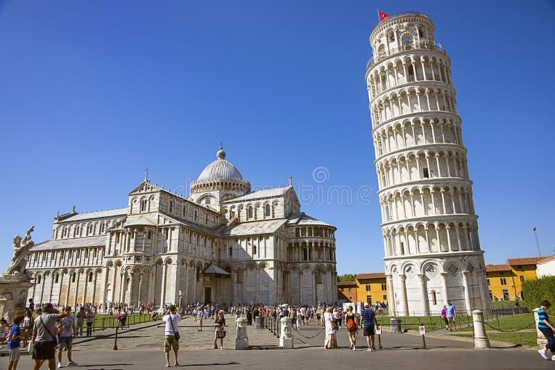 Башня и кафедра склонности Пизы, и туристы l в Италии в summ стоковые изображения rf