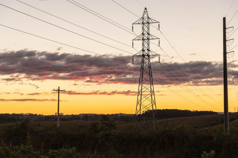 Башня и опоры линии электропередач стоковое изображение rf