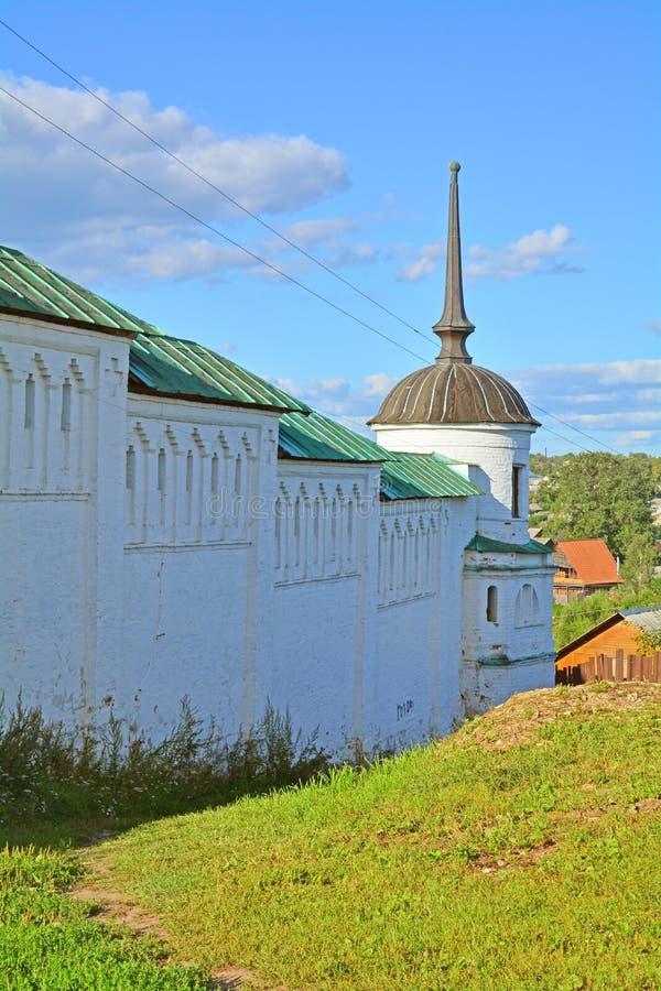 Башня и стены XVIII века монастыря Borisoglebsk в городе Torzhok, России стоковое фото