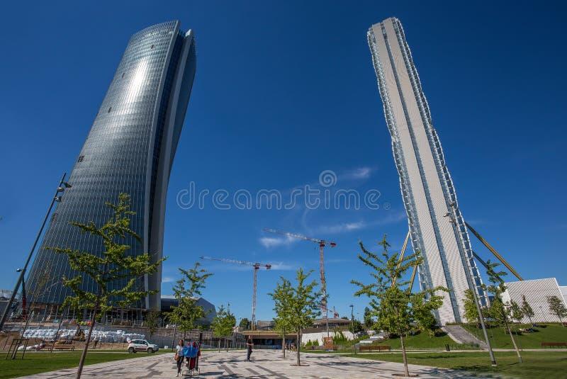 Башня и Hadid Isozaki возвышаются в комплексе ` городской жизни ` в месте милана 3 Torri, современных зданиях и кондо, Италии стоковое фото