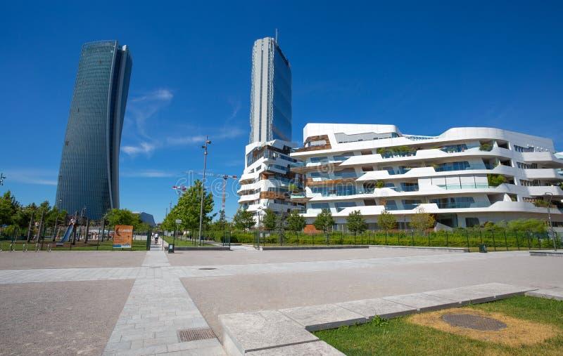 Башня и Hadid Isozaki возвышаются в комплексе ` городской жизни ` в месте милана 3 Torri, современных зданиях и кондо, Италии стоковые фотографии rf