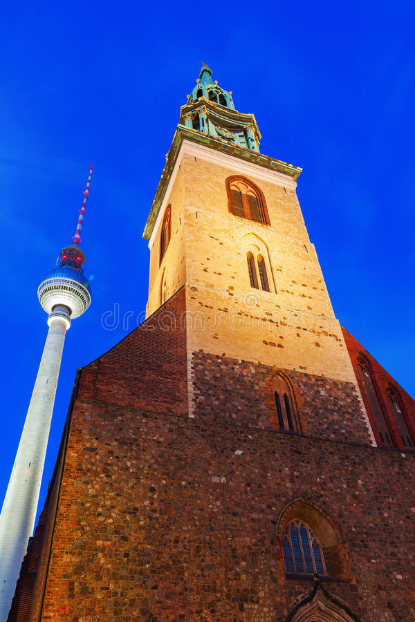 Башня и Marienkirche телевидения в Берлине на ноче стоковое фото rf