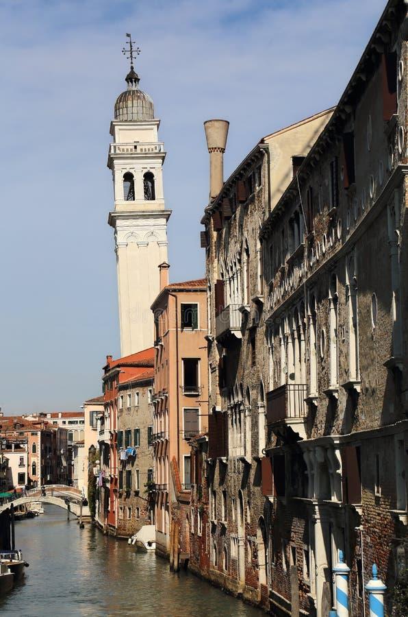 Башня канала и церков в Венеции, Италии стоковая фотография rf