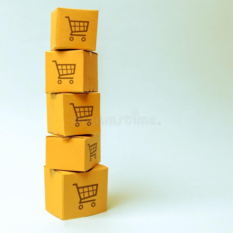 Башня картонных коробок с картиной корзин на голубой предпосылке коммерция, онлайн покупки Электронная коммерция, снабжение, стоковое изображение rf