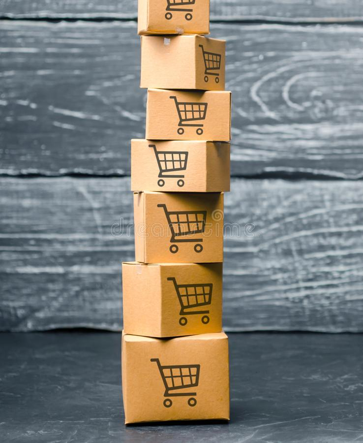 Башня картонных коробок с картиной корзин на голубой предпосылке коммерция, онлайн покупки Покупательная способность стоковые фотографии rf