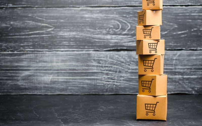 Башня картонных коробок с картиной корзин Покупательная способность, ордер на доставку товара Продажи товары и услуги r стоковое изображение