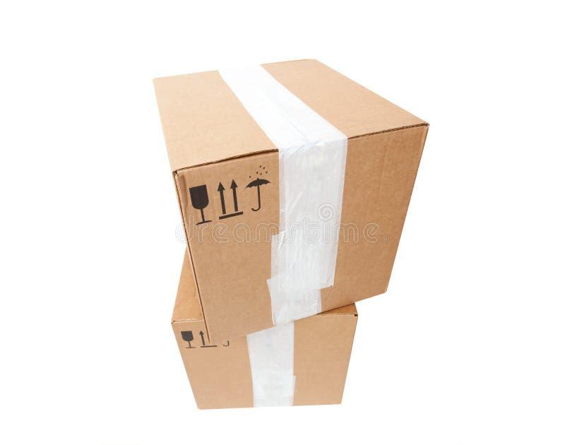 Башня 2 картонных коробок с стандартными черными знаками стоковое фото
