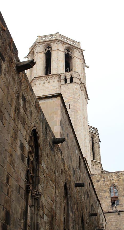 Башня квартала Barri Gotic Барселоны, Каталонии, Испании Исторические здания пасмурный летний день стоковое изображение rf