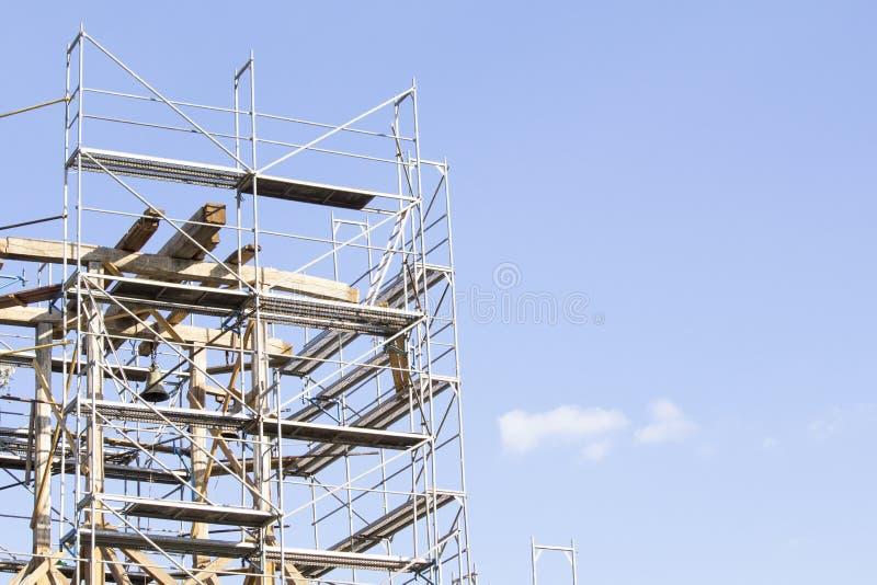 башня колокола старая Восстановление старой колокольни леса стоковое фото