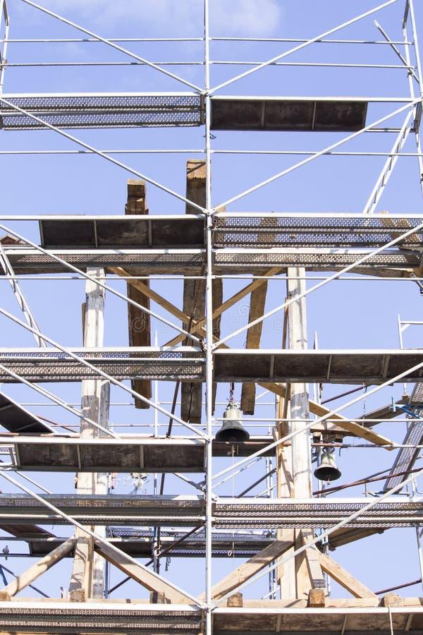 башня колокола старая Восстановление старой колокольни леса стоковое фото rf
