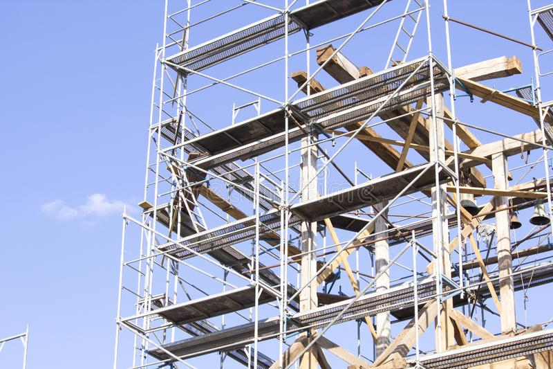 башня колокола старая Восстановление старой колокольни леса стоковые изображения