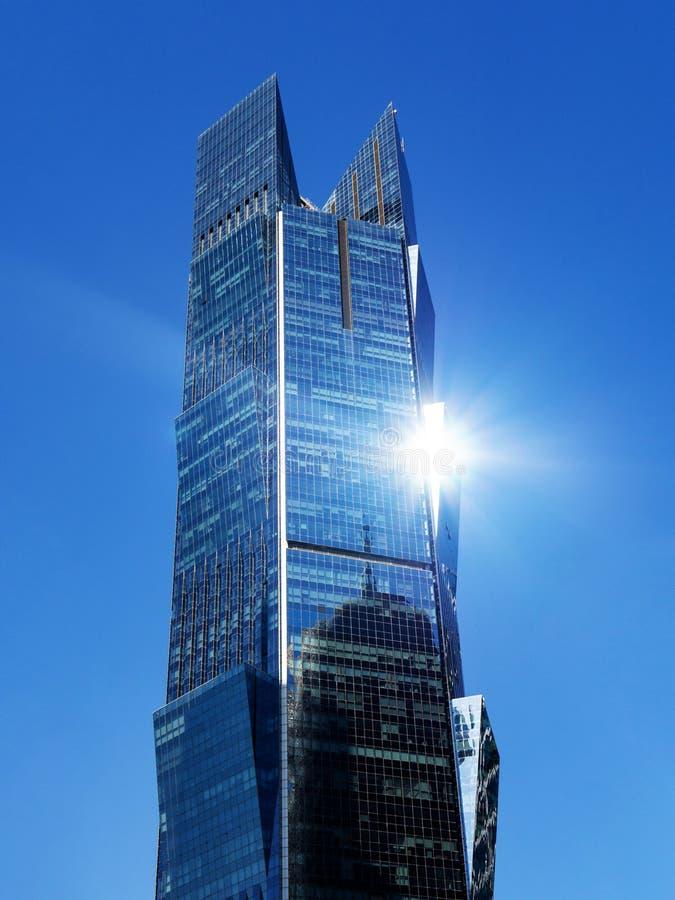 Башня ладони в Катаре Современный небоскреб с влиянием самого интересного на предпосылке голубого неба, вертикальной версии стоковое фото