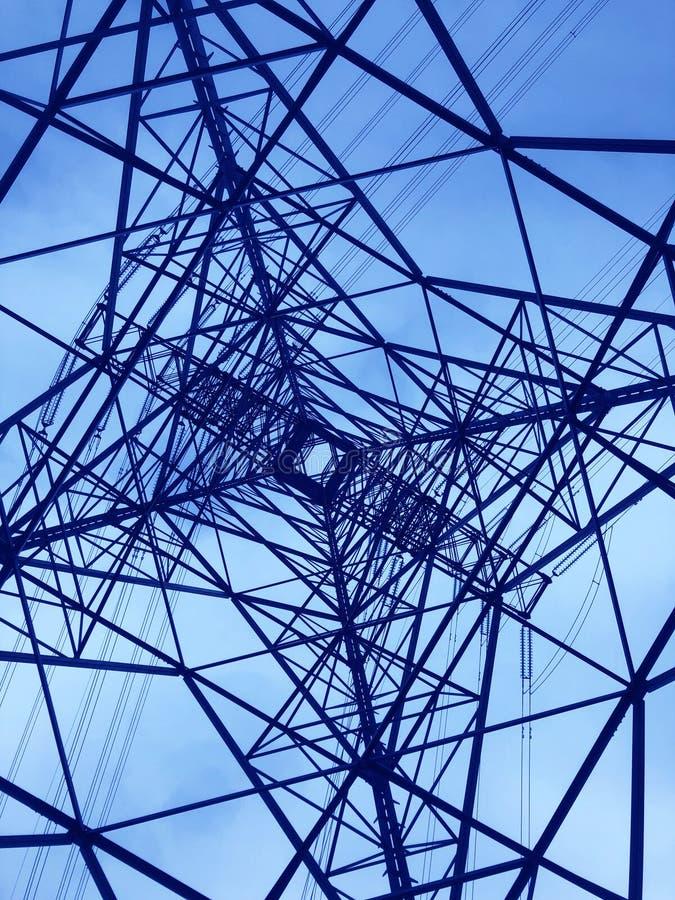 Башня линии электропередач осмотренная сверху Геометрическая структура Распределение энергии стоковая фотография rf