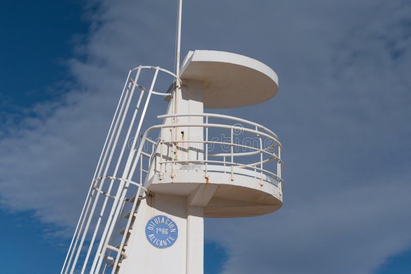 Башня личной охраны с темными облаками предпосылки в пляже g стоковое изображение rf