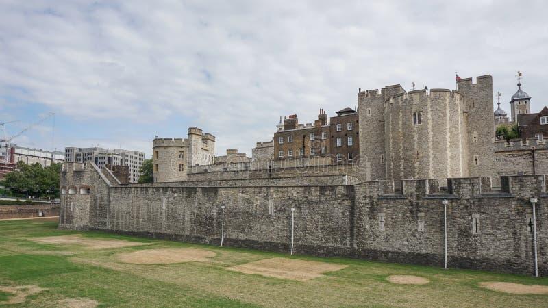 Башня Лондона в Лондоне, Англии, широком взгляде наружной ненесущей стены стоковое изображение rf