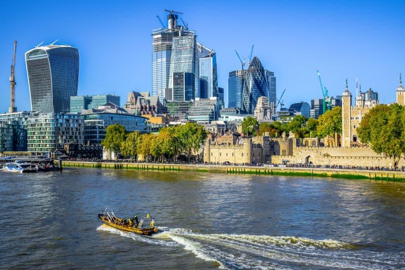 Башня Лондона, исторический замок расположенный на северном банке реки Темза в Лондоне, Англии, Великобритании стоковое фото