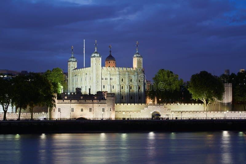 Башня Лондона, замка на ноче стоковые фото