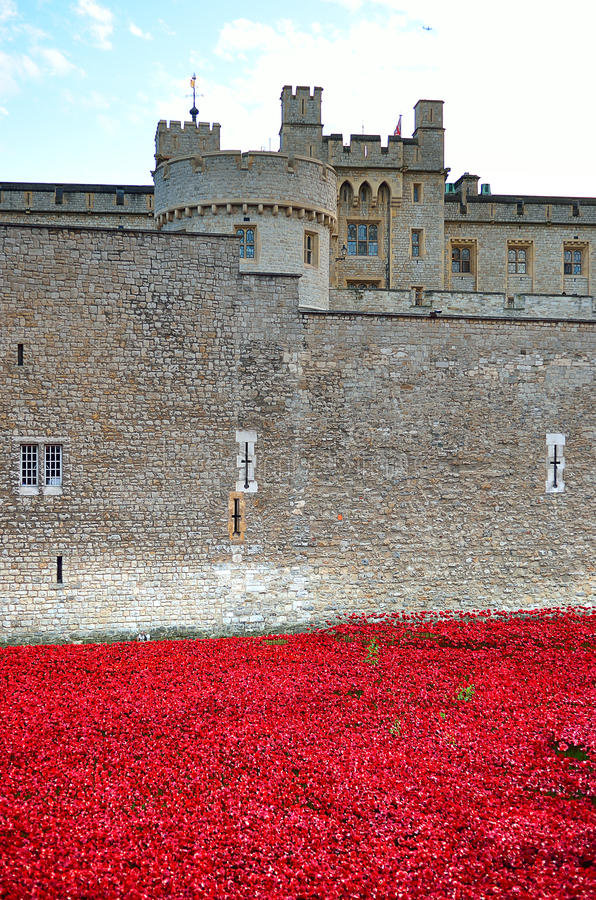 Башня Лондона с морем красных маков для того чтобы вспомнить упаденных солдат WWI - 30-ое августа 2014 - Лондона, Великобритании стоковое фото rf