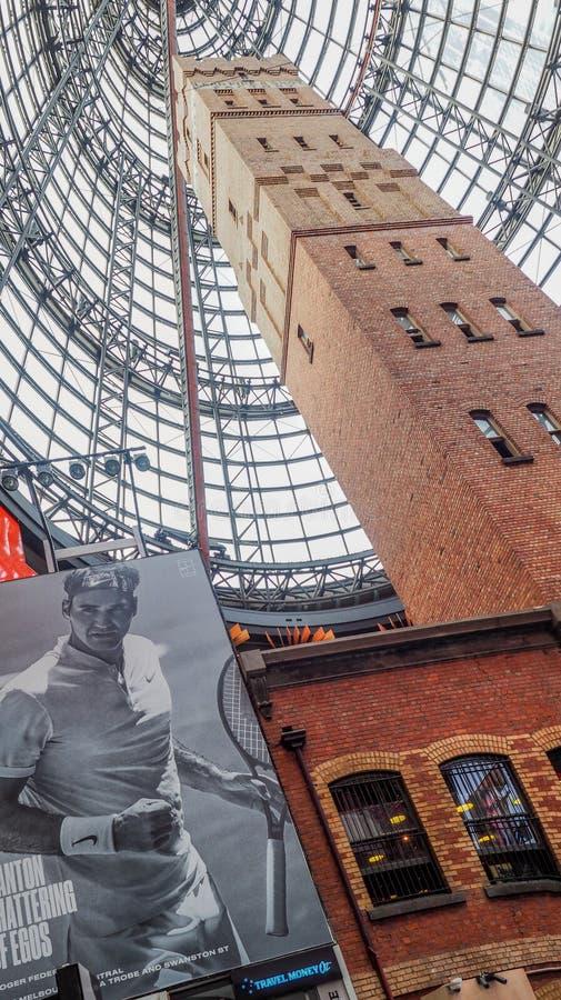 Башня Мельбурна центральная снятая с огромной рекламой Роджер Federer стоковая фотография rf