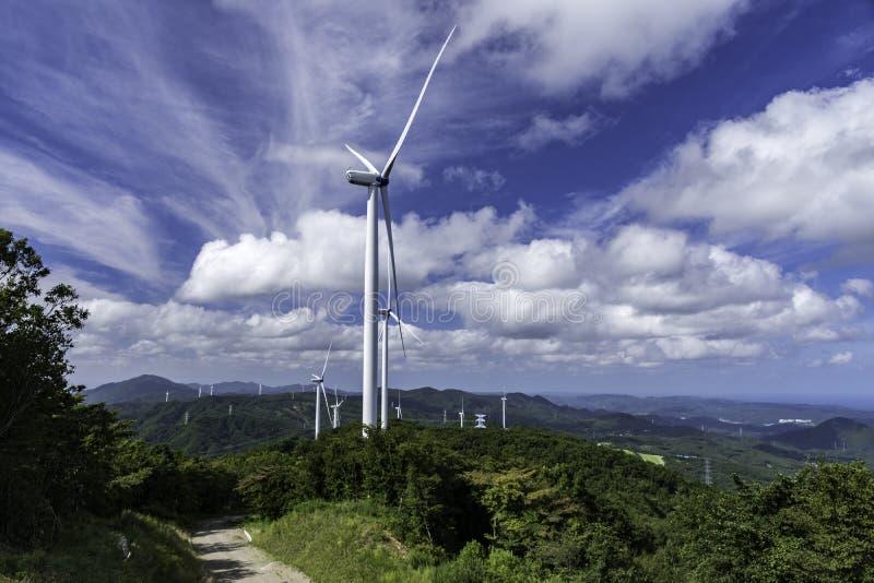 Башня мельницы ветра Yhe на холме стоковые фото