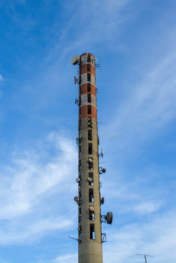 Башня мобильного телефона и антенны связи ТВ стоковые фото