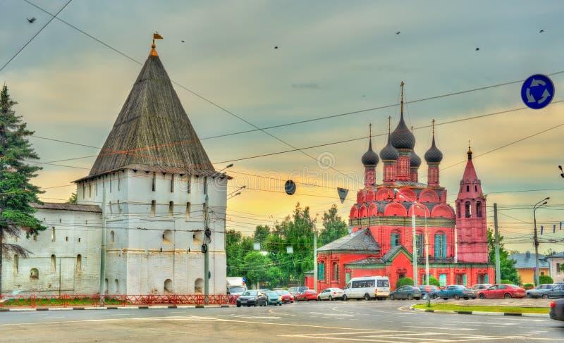 Башня монастыря Transfiguration спасителя и церков явления божества в Yaroslavl, России стоковые фото