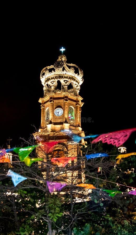 Башня нашей дамы церков на ноче - Puerto Vallarta Guadalupe, Халиско, Мексики стоковая фотография rf