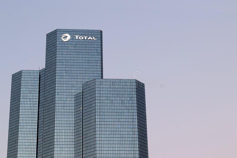 Башня нефтяной компании полная размещает штаб оборона Ла в Courbevoie, Париже, Франции стоковая фотография