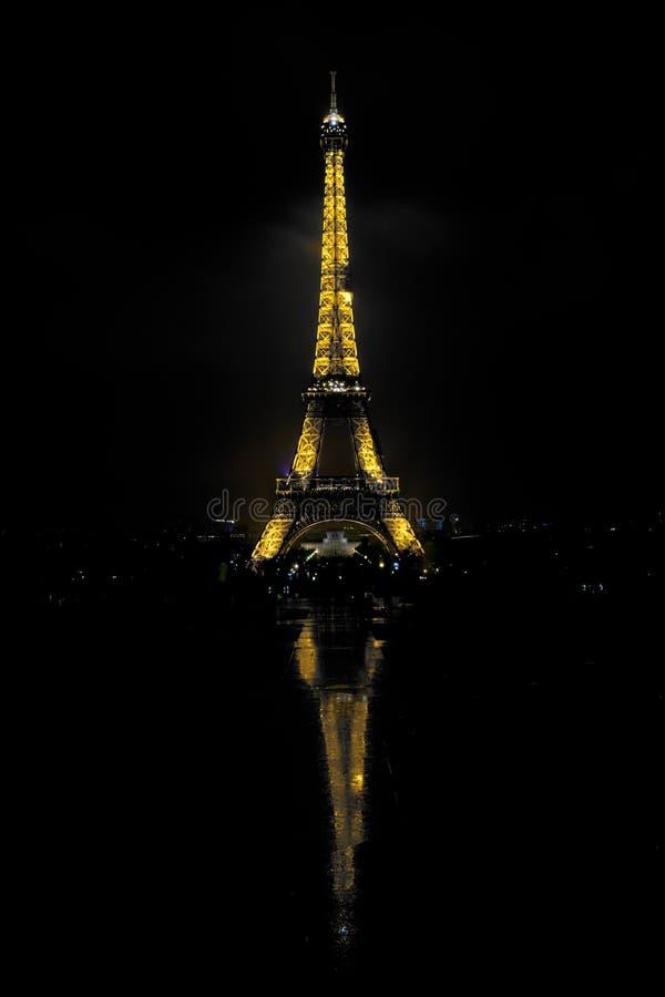 башня ночи eiffel выдержка длиной Отражение стоковые фото