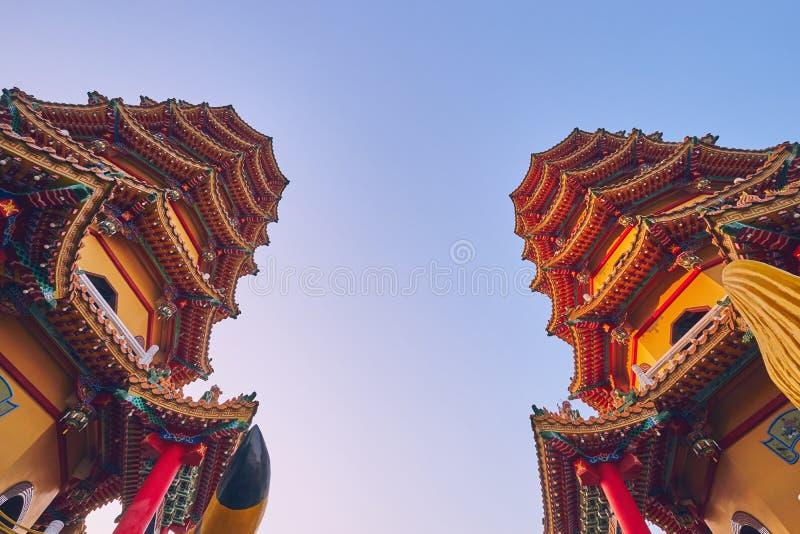 Башня 2 пагод дракона и тигра на пруде лотоса во времени захода солнца на районе Zuoying стоковые фото